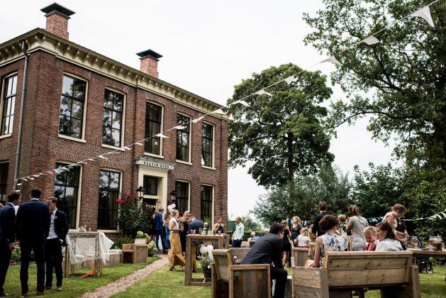 Foto van feest in de voortuin van een bijzonder gebouw
