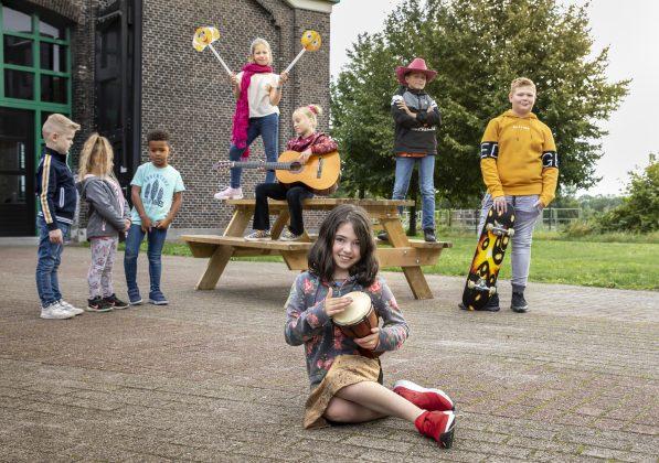 Foto met kinderen op schoolplein